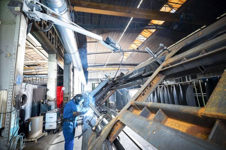 Hüffermann stellt die gesamte Schweißfertigung im Stahlbau auf Produkte von EWM um: Schweißgeräte, innovativer forceArc puls-Prozess, Brenner und Drahtzuführung. (Bilder: EWM)