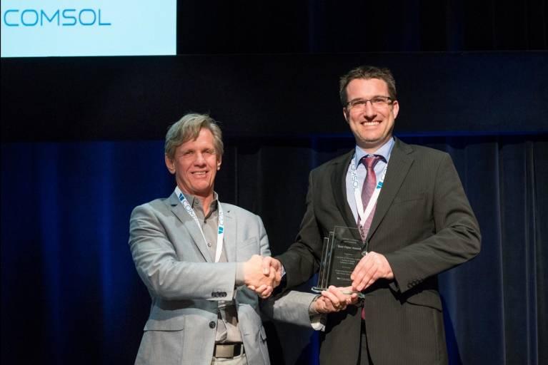 """Jens Schüttler (rechts) nahm den """"Best Paper Award"""" im Namen des F&E-Teams von Coherent-ROFIN in Hamburg von Svante Littmarck bei der COMSOL Konferenz Ende 2017 in Rotterdam entgegen. (Foto: Mit freundlicher Genehmigung von COMSOL)"""