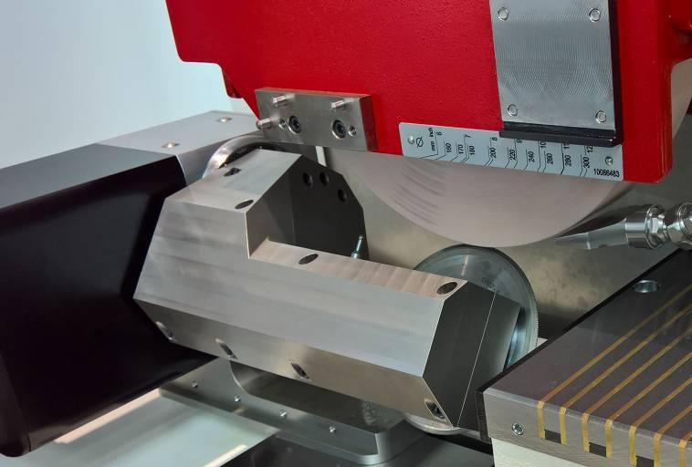 Konvexe und konkave Konturen lassen sich mit dem integrierten Schwenkabrichtgerät, das mit einem Diamant-Abrichtrad und Kalibrierkugel für den Messtaster ausgestattet ist, schnell und hochgenau abrichten.