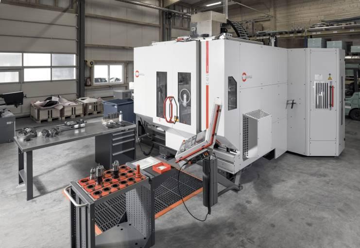 Das neue 5-Achsen-CNC-Hochleistungs-Bearbeitungszentrum C 42 U bei Carbomill wurde mit dem Zusatzmagazin ZM 88 (rechts hinten) für weitere 88 Werkzeuge ausgerüstet.