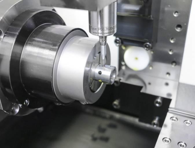 Der Messtaster TC76-DIGILOG der Blum-Novotest GmbH scannt die komplette Kontur des Langlochs.50.000 Messwerte pro Sekunde bei Messgeschwindigkeiten von 2 m/min werden dabei erreicht.