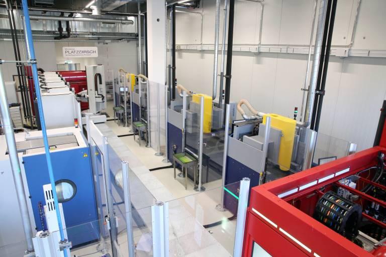 Mit der Inbetriebnahme einer vollautomatischen Fertigungszelle im Werkzeugbau kann man bei Hirschmann jetzt rund um die Uhr produzieren. In der Anlage integriert sind sowohl das Fräsen der Elektroden, das anschließende Senkerodieren als auch das Waschen und Vermessen der Teile.