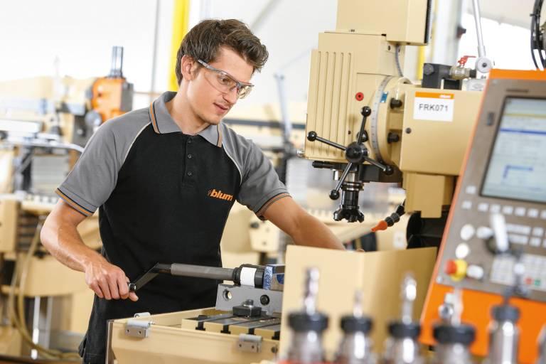 In zwei Lehrwerkstätten bildet Blum aktuell in acht Lehrberufen 341 Lehrlinge aus. Die Lehrlinge fertigen Teile, die im hauseigenen Werkzeug- und Maschinenbau sowie in der Entwicklungs- und Versuchsabteilung benötigt werden.