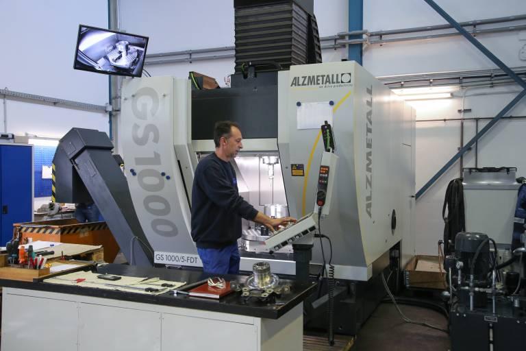 Unter anderem für die Bearbeitung von Radträgern hat sich Heldeco für ein vertikales Bearbeitungszentrum GS 1000/5-FDT (Fräsen-Drehen-Torque) von Alzmetall entschieden.