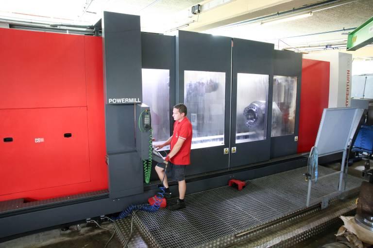 Beeindruckende Größe: Die Hyperturn 200 Powermill von Emco ist die größte Werkzeugmaschine bei GMT Wintersteller und fertigt seit 2016 komplexe Großteile in einer Aufspannung. (Alle Bilder: x-technik)