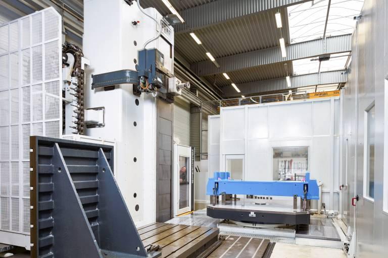 Das Bohr- und Fräswerk SPEEDRAM 2000 mit Drehtisch und Plattenfeld bei der Maschinenfabrik Köppern.