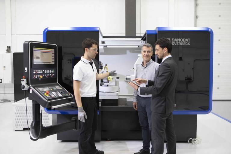 Die Radiusschleifmaschine IRD-400 ist speziell für die Bearbeitung von Umformwerkzeugen und Matrizen konstruiert.