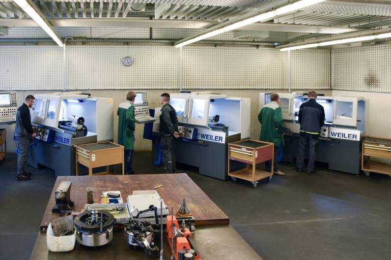 Im Technikzentrum des WIFI Klagenfurt erfolgt an 14 zyklusgesteuerten Präzisionsdrehmaschinen E30 von Weiler eine solide Ausbildung in zerspanenden Berufen.
