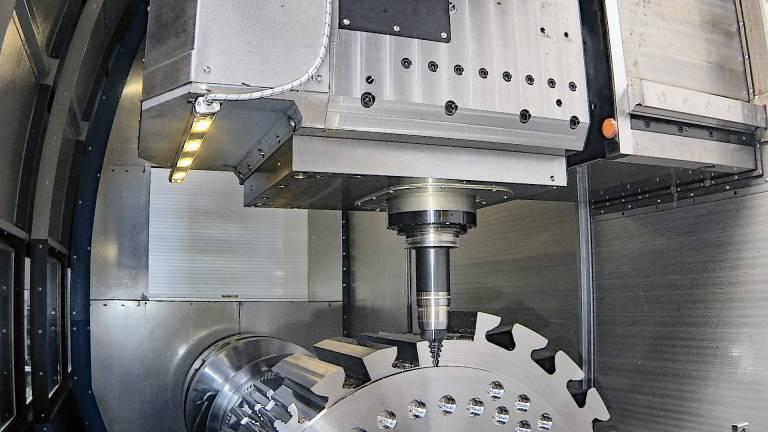 Mit der Trochoidal-Fräseinheit TMU 400 bringt Weingärtner Maschinenbau das Trochoidal-Fräsen als Complete Solution für das Nutenfräsen von Tannenbaumnuten auf seine Multi-Task-Maschinen.