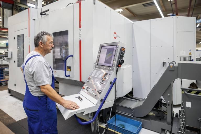 Maschinenbediener Günter Schulz vor dem 5-Achsen Bearbeitungszentrum C 22 UP von Hermle im Werkzeug- und Formenbau der WMF Group GmbH.