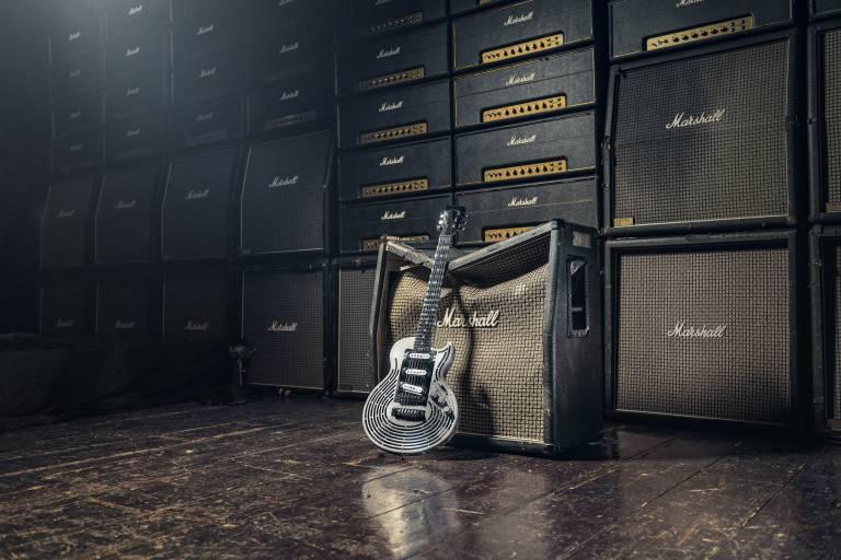 """""""Diese Gitarre ist ein Biest!"""", sagte Malmsteen, als er seine Bemühungen aufgegeben hatte, sie zu zertrümmern. Wird das nächste Sandvik-Projekt ein unzerstörbarer Verstärker?"""