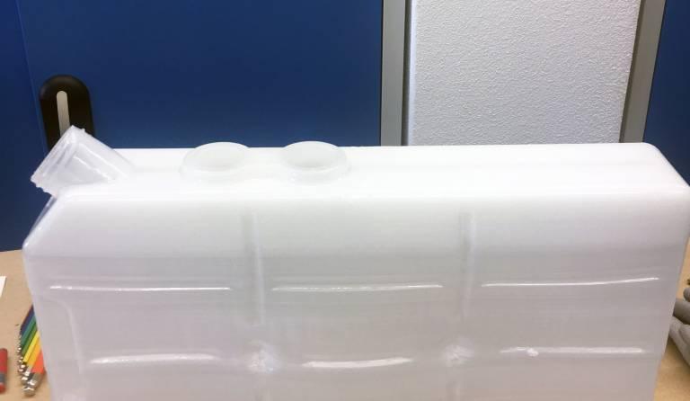 Zusammen mit Hage3D wurde im Rahmen einer gemeinsamen Machbarkeitsstudie ein kundenindividuell gestaltbarer, lösungsmittelbeständiger und flüssigkeitsdichter Kanister aus PP (Polypropylen) gefertigt.