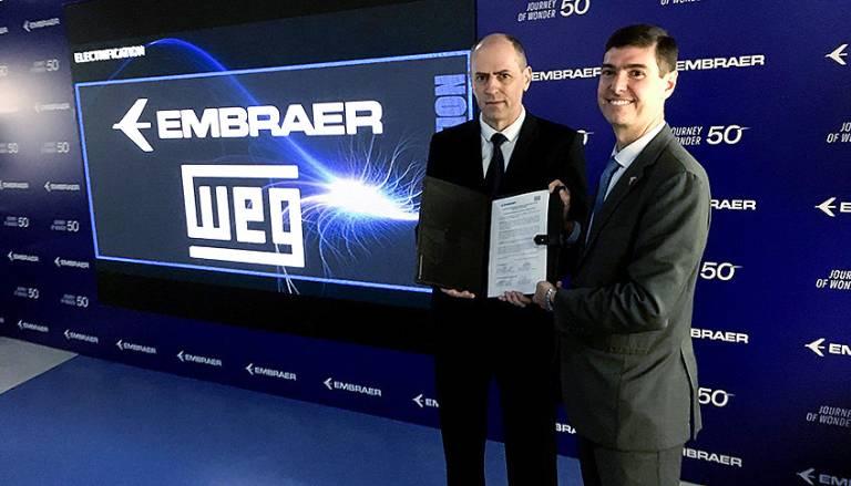 WEG kooperiert mit Embraer: Manfred Peter Johann, Managing Director von WEG Automation (li.) und Daniel Moczydlower, Executive Vice President of Engineering and Technology bei Embraer setzten sich die Entwicklung neuer elektrischer Antriebssysteme für Luftfahrzeuge zum Ziel.