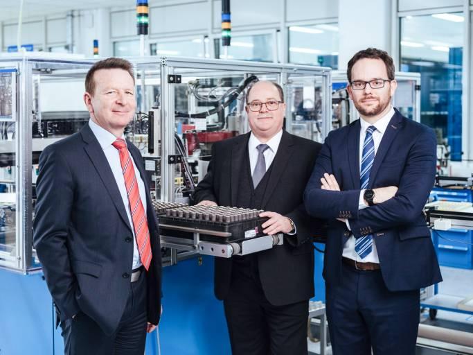 CEO Dr. Thomas Bertolini, Hubert Renner, Head of Production, und Production Manager Jan Patrick Schindler in der Produktion am Faulhaber-Stammsitz Schönaich.