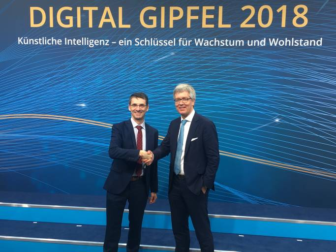 Staffelübergabe: Bernd Leukert, SAP, übergibt die Leitung des Lenkungskreises der Plattform Industrie 4.0 an Dr. Frank Melzer. (Bild: Janina Henning/Plattform Industrie 4.0)