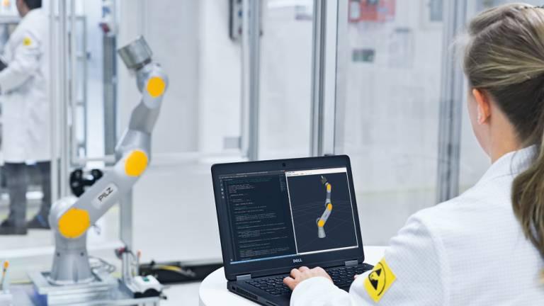 Pilz ist Lösungsanbieter für die Automation: Im Bereich Service Robotik entwickelt das Unternehmen beispielsweise Software zur Steuerung von Robotern.