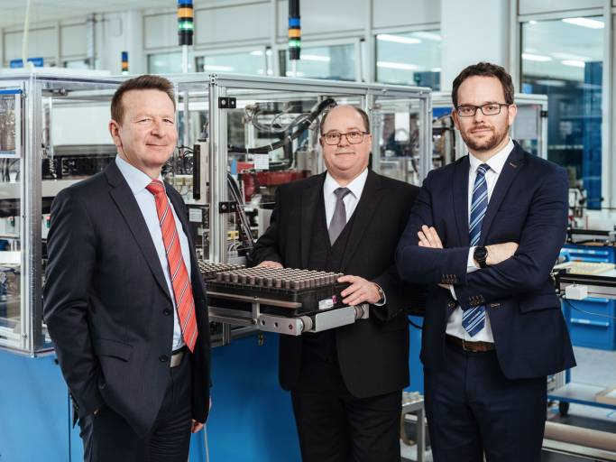 V. l.: CEO Dr. Thomas Bertolini, Hubert Renner, Head of Production, und Production Manager Jan Patrick Schindler in der Produktion am Faulhaber-Stammsitz Schönaich.