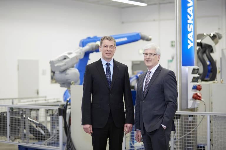 V. l.: In der Geschäftsführung der Yaskawa Europe GmbH folgt Bruno Schnekenburger, bisher COO, als President & CEO auf Manfred Stern. (Quelle: Yaskawa)