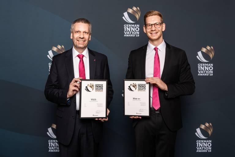 Heiko Holighaus, Hauptabteilungsleiter Forschung und Entwicklung, und Nico Keil, Produktmanager für Großschranksysteme bei Rittal, freuen sich über den German Innovation Award für VX25 und Blue e+.