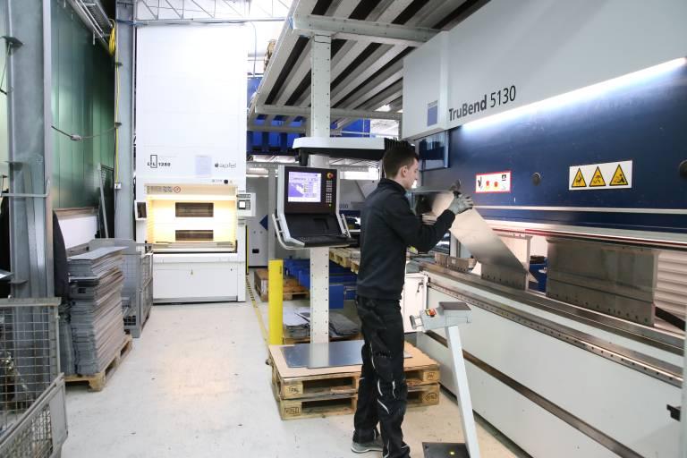 In den eigenen Produktionshallen von Apfel sind zahlreiche LTLs direkt an den Maschinen in Betrieb.