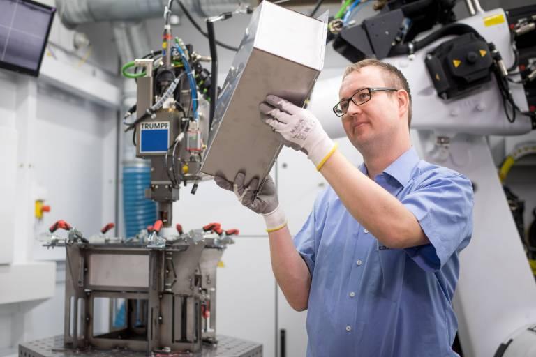 Batteriewannen für die Elektromobilität: Trumpf Applikationsingenieur im Laserlabor beim Schweißen einer Batteriewanne. (Bild: Trumpf)