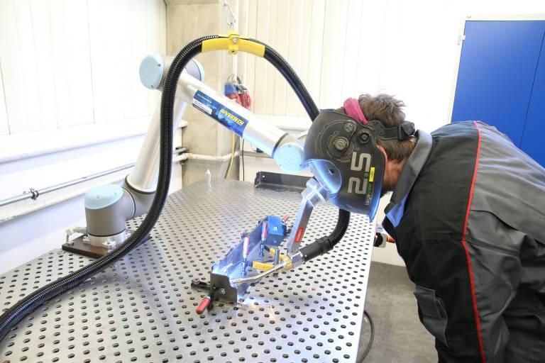 Der Bediener kann ohne aufwendige und teure Schutzeinrichtung direkt Seite an Seite mit dem Lorch Cobot arbeiten. (Bilder: x-technik)