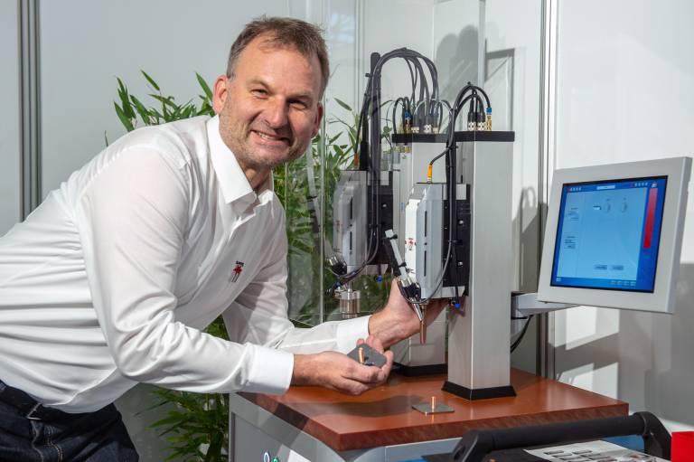 Ausgezeichnet mit dem Bayerischen Staatspreis 2019: der Universal-Automatikschweißkopf LSK-1, hier präsentiert von Vertriebsleiter Oliver Pohlus. (Bild: IHM 2019/GHM/Plettenberg)