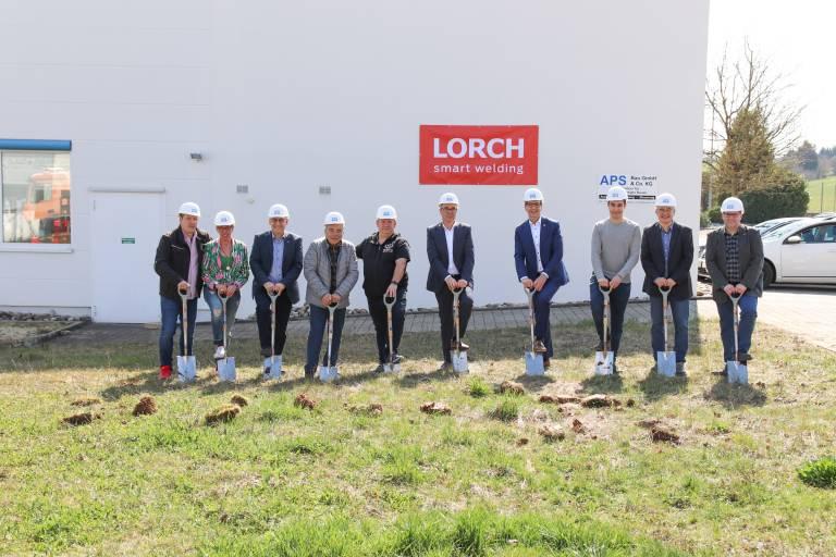 Mit dem symbolischen Spatenstich gaben Wolfgang Grüb, Geschäftsführender Gesellschafter der Lorch Schweißtechnik GmbH, und Karl Ostfalk, Bürgermeister von Auenwald, (6.u.7.v.l.) den Startschuss für den Bau der neuen Lagerhalle.