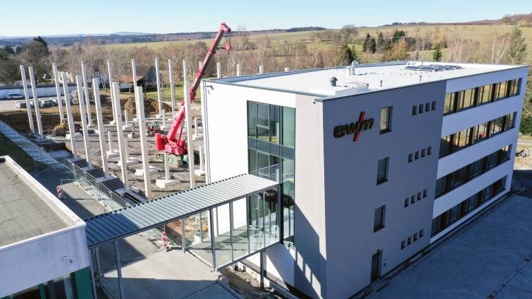 Die neue Produktions- und Logistikhalle entsteht direkt neben dem neuen Bürokomplex am Stammsitz von EWM in Mündersbach.