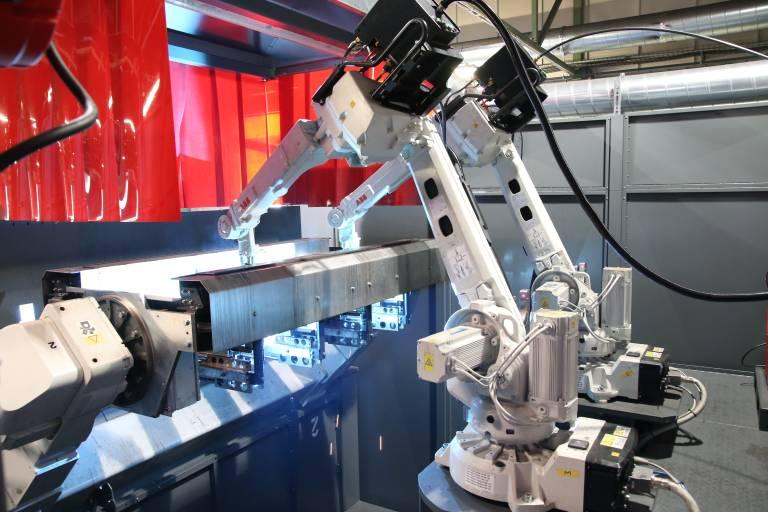 Mit der neuen Schweißzelle mit zwei Robotern konnte bei AVI die Kapazität bei der Produktion von sogenannten Thermokörben deutlich gesteigert werden.