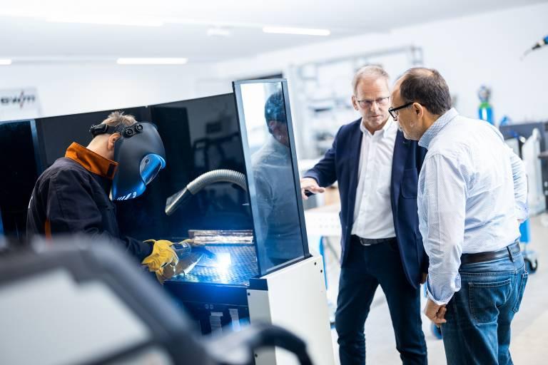 Heinz Stephan (Bildmitte), Geschäftsführer von EWM in Österreich, präsentiert den neuen Standort in Eberstalzell. Interessierte können die verschiedenen EWM-Geräte vor Ort in Aktion erleben.