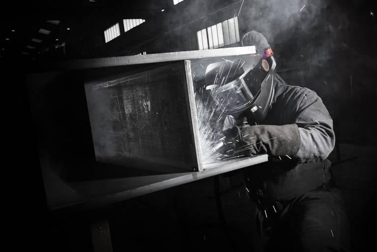 Die Atemschutzmasken Gamma GTH3 arbeiten nach dem Prinzip des positiven Luftdrucks und sind mit akkubetriebenen Filterpacks oder Zulufteinheiten ausgestattet.
