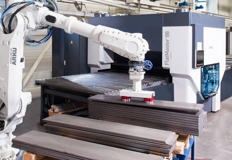 In einem Prozess: Der Vision-Roboter erkennt die Blechteile durch ein Kamerasystem, greift die Bleichteile und führt sie in den FlatMaster® 88 ein – unabhängig von Form, Lage oder Stapelhöhe.