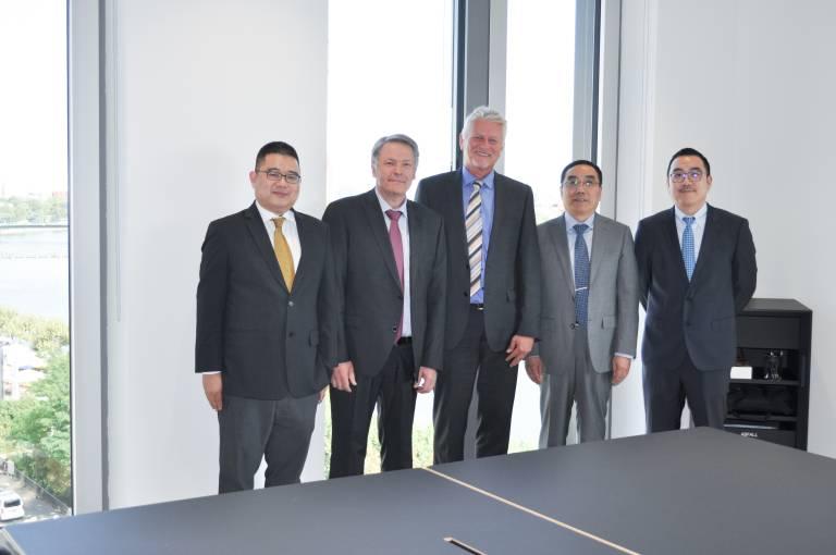 Besiegeln die internationale Industrie-Ehe (v.l.n.r.): Tony Zhu (CRCI), Sieghard Thomas, Carl Cloos, Bob Wu und Kan Wu (beide Estun).