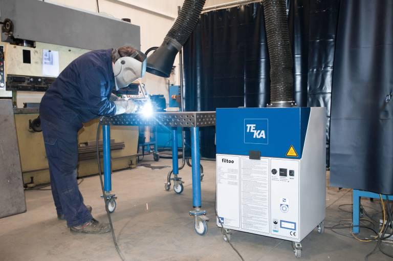 Auch zehn Jahre nach der Markteinführung überzeugt die mobile Absaug- und Filteranlage von Teka in vielen Branchen.