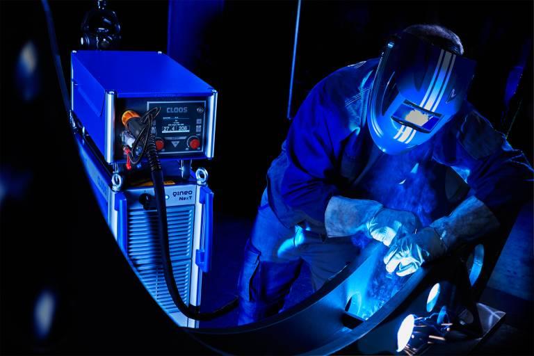 Die neue Hightech-MSG-Schweißstromquelle QINEO NexT überzeugt durch ausgezeichnete Lichtbogeneigenschaften für hohe Schweißqualität.