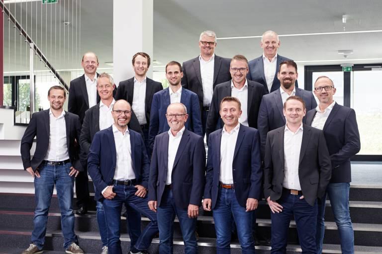 Die Elmag-Führungskräfte und ihr Team sorgen dafür, dass die Geschäfte rund laufen (1. Reihe v.l.n.r.): Markus und Lorenz Einfinger sowie die beiden Prokuristen Josef Wimmer und Thomas Kubinger.