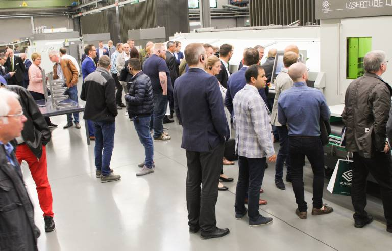 Insgesamt präsentierte die BLM Group auf ihrer Hausmesse 27 Maschinen im Live-Betrieb.