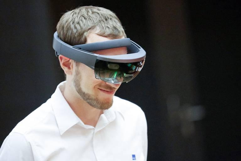 Andreas Jakl, Dozent am Department Medien und Digitale Technologien der FH St. Pölten, mit der HoloLens. (Bild: FH St. Pölten / Mario Ingerle)