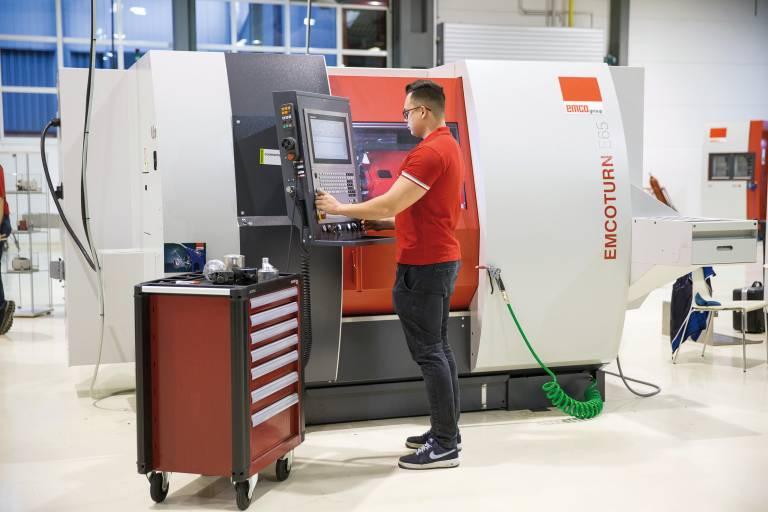 Die CNC PILOT 640 ist eine optimale Steuerung für Drehmaschinen wie die EMCOTURN-Drehzentren, die ihre Stärken im Werkstatteinsatz haben.