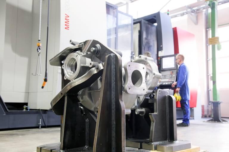 In Voitsberg werden bei der Bauer GmbH alle Schlüsselkomponenten für das breite Produktprogramm gefertigt. Darunter verschiedenste Gehäuseteile, die seit letztem Jahr auf zwei Fahrständer-Bearbeitungszentren von Emco zerspant werden.