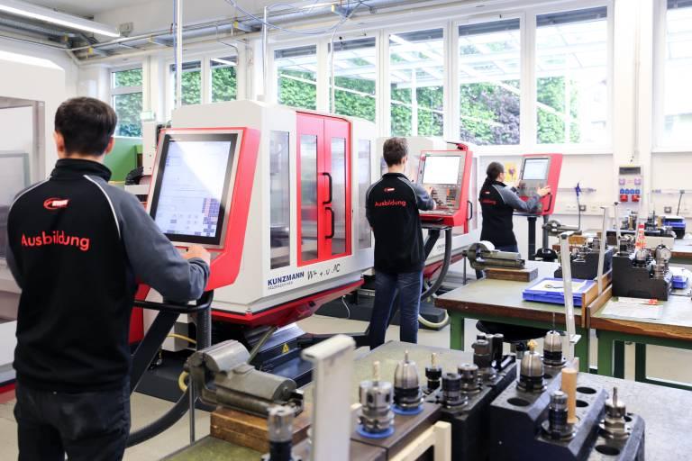 Die wichtigsten Basics lernen STIWA-Lehrlinge auf Universal-Fräsmaschinen von Kunzmann sowie auf Drehmaschinen der Marke Weiler. Dies gilt nicht nur für angehende Metalltechniker, sondern auch für all jene, die Elektriker oder Mechatroniker lernen.