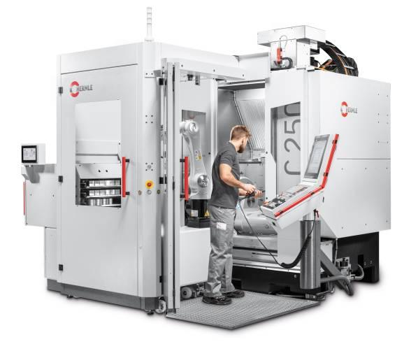 Bearbeitungszentrum C 250 mit frontseitig adaptiertem Robotersystem RS 05-2.