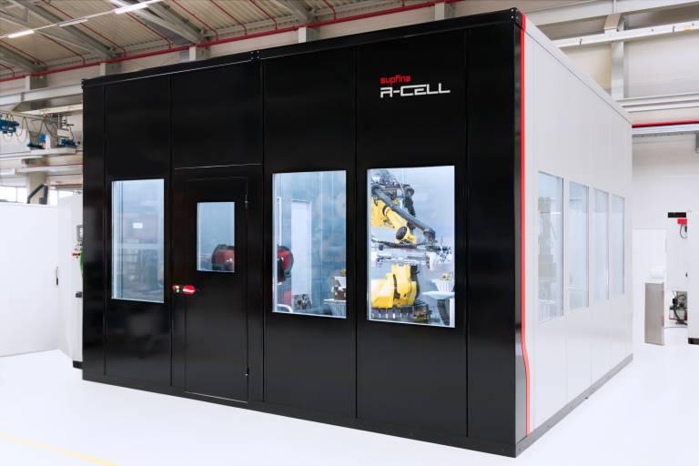 Mit der R-Cell präsentiert Supfina eine flexible Fertigungszelle, die robotergestützte Automation und robotergeführte Prozesse kombiniert.