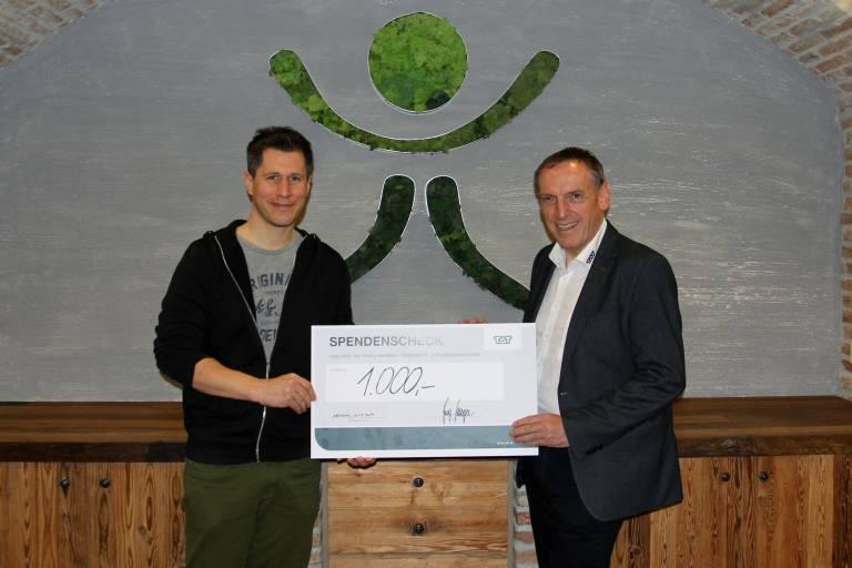 Matthias Mayer (rechts) überreichte mit großer Freude den Spendenscheck in der Höhe von 1.000,- an Florian Aichhorn, Geschäftsführer Verein Emotion.