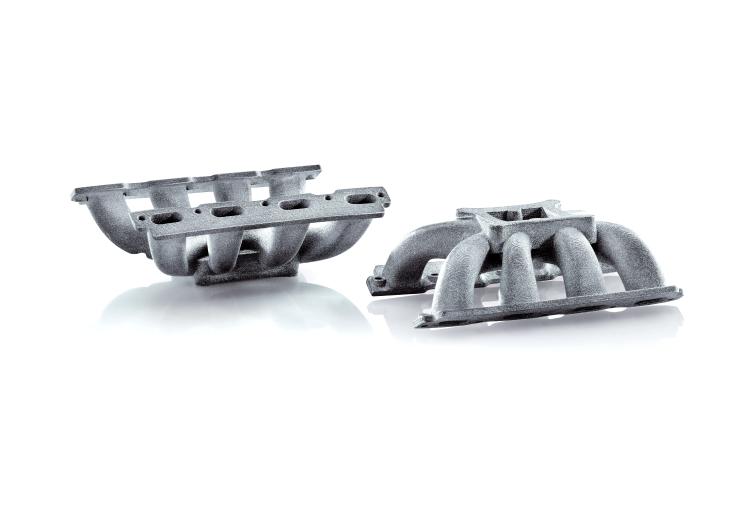 Im LMM-Verfahren lassen sich Klein- und Kleinstbauteile wie diese Kühlkörper präzise und wiederholgenau fertigen. Die Seitenlänge der Lufteinlässe beträgt 30 mm. (Bilder: Incus)