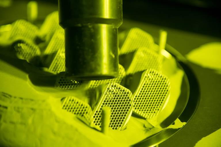 Das neue Maschinenkonzept mit integrierter Entpackfunktion ermöglicht es, das Pulver inert aufzubereiten, also unter Schutzgas.
