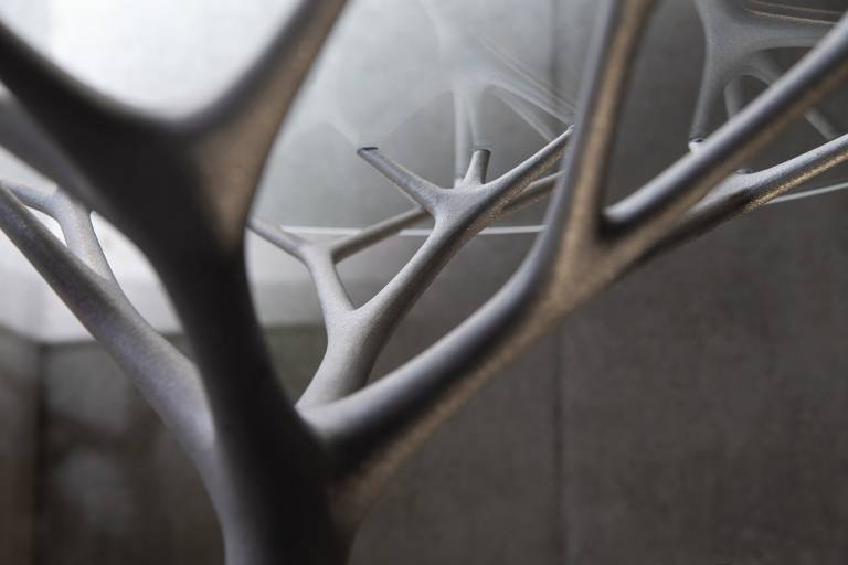 Die SLM Variante erinnert an verzweigte Baumwurzeln und Äste und wurde mit Hilfe von bionischen Designalgorithmen in Aluminium umgesetzt.