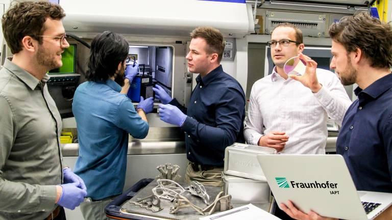 Experten des Fraunhofer IAPT untersuchen den Laser einer AM-Anlage mit einem Ophir BeamWatch AM. (Bild: Fraunhofer IAPT)