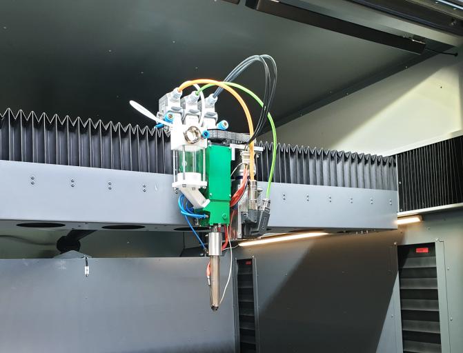 Als zusätzliches Highlight bietet die großformatige, additive Fertigungsmaschine auch einen Granulat-Druckkopf.